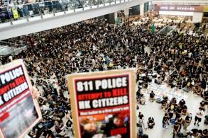 متظاهرون في مطار هونغ كونغ للتنديد بعنف الشرطة بتاريخ 12 أغسطس 2019