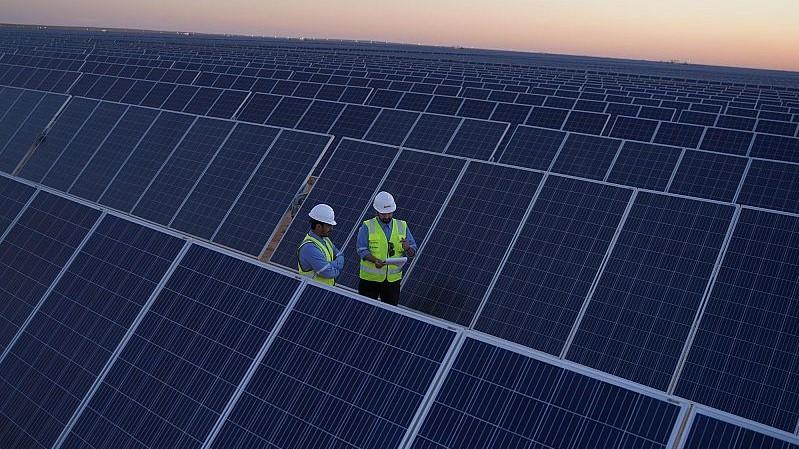 ألواح للطاقة الشمسية في محطة سكاكا السعودية