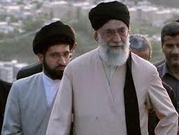 مجتبي خامنئي يظهر خلف أبيه المرشد