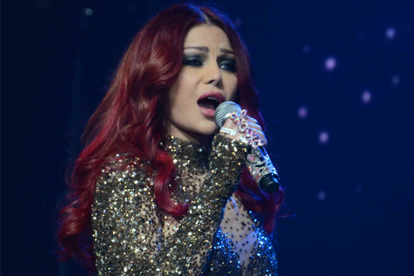 هيفاء وهبي ولوك جديد بالشعر الأحمر مفاجأة لجمهورها في رأس السنة