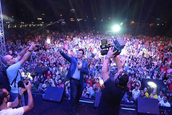 إيهاب توفيق يصوّر نفسه مع الجمهور بصورة