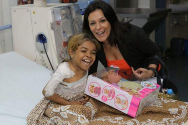 إنجي المقدّم مع الطفلة المريضة في المستشفى