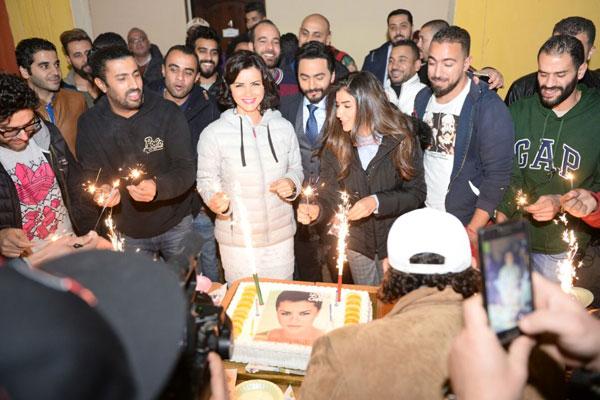 فريق عمل الفيلم يحتفل بعيد ميلاد نور