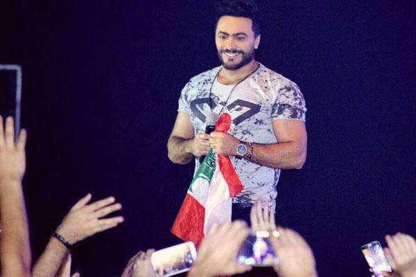تامر حسني يحمل العلم اللبناني