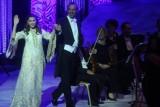 ماجدة الرومي تُقبِّل العلم المصري في مهرجان الموسيقى العربية
