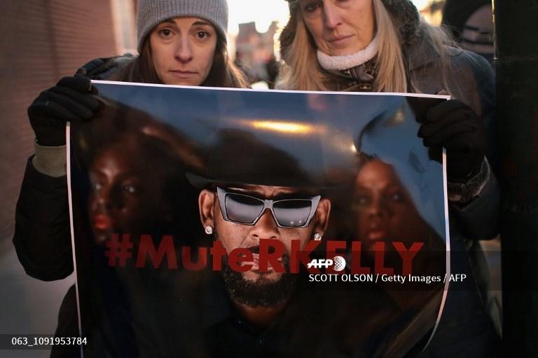 محتجون أميركيون مساندون لضحايا آر. كيلي بعد عرض الوثائقي