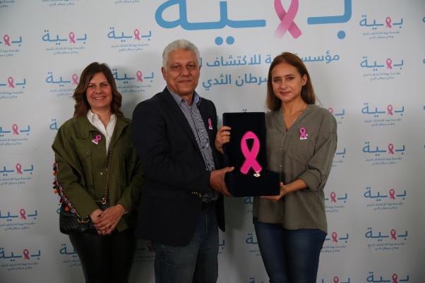 نيللي كريم وشعار مكافحة سرطان الثدي