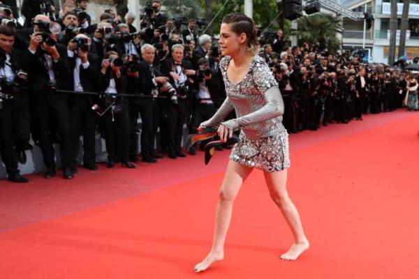 كريستين ستيورات تسير حافية القدمين