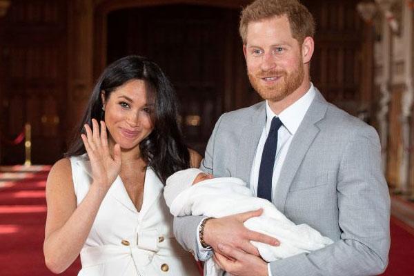 هاري وميغان مع طفلهما