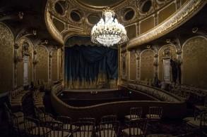 صورة للمسرح من الداخل مع الثريا