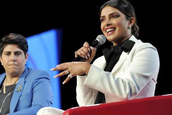 بريانكا شوبرا خلال المؤتمر