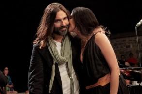 نادين لبكي تطبع قبلة على خد زوجها خلال الحفل