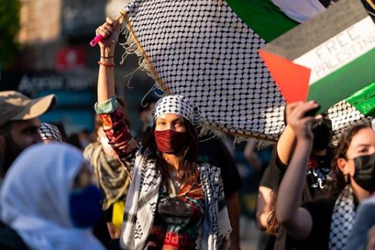 بيلا حديد تشارك في مظاهرات منددة بالعدوان الإسرائيلي على غزة