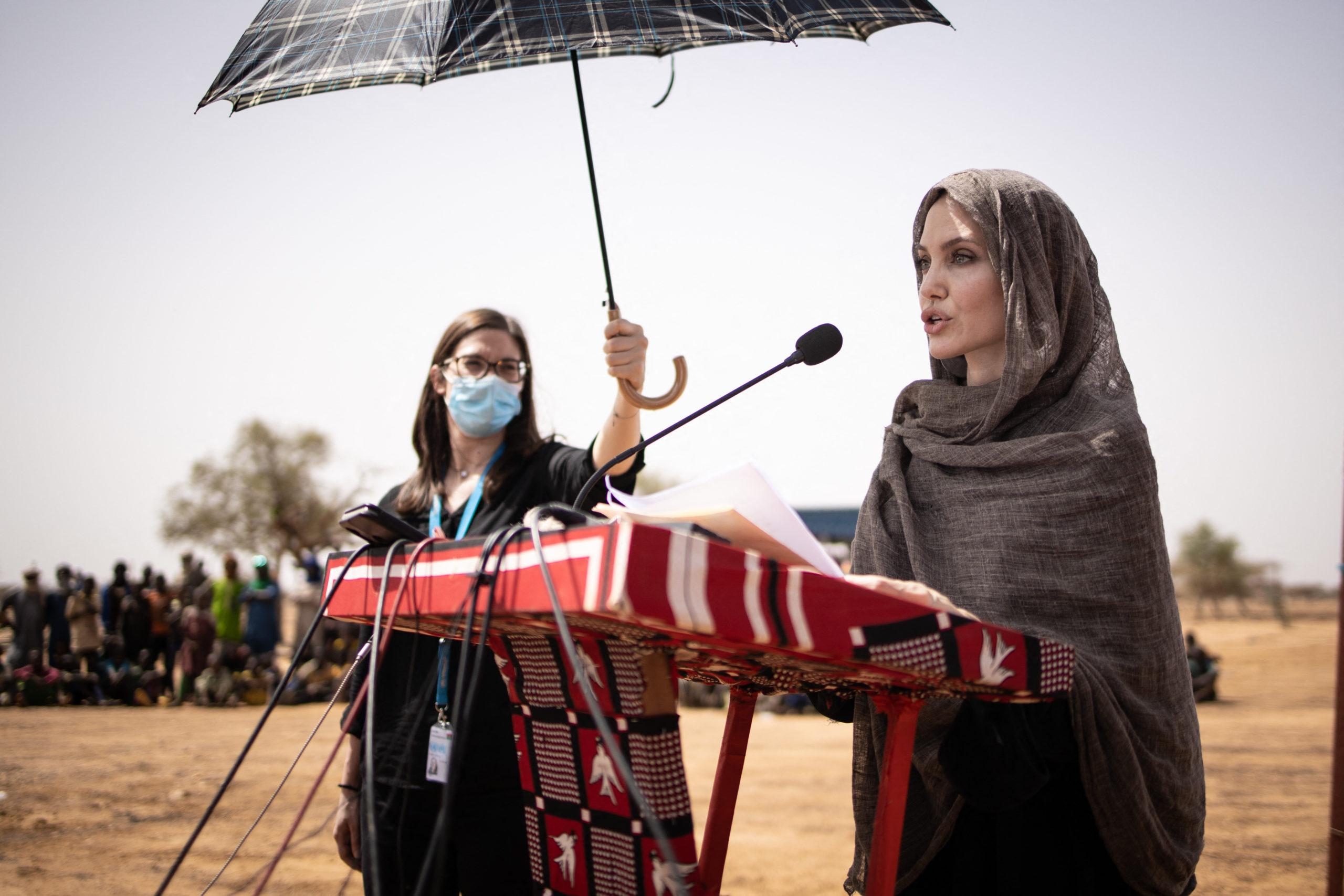 أنجيلينا جولي تزور مخيماً للاجئين في بوركينا فاسو