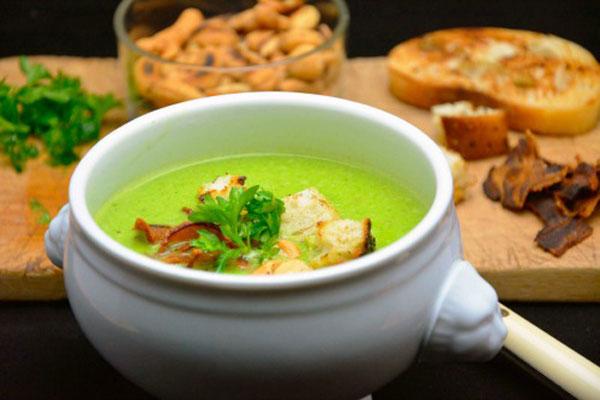 حساء البازلاء باللحم المقدد