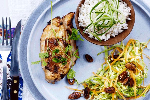 الدجاج مع الأرز واللوز الحار