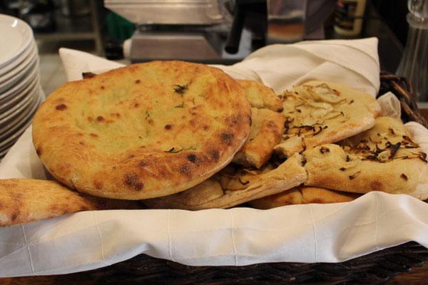 نوعان من الخبز الشهي