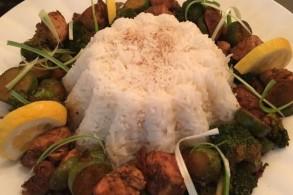 الدجاج بالخضَر والصلصة مع الأرز