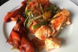 سمك السلمون المشوي مع الخضراوات
