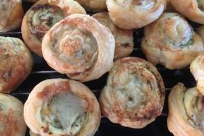 حلزونات المعجنات النفخة بالجبنة والبيستو
