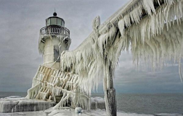 منارة ميشيغان غطاها الجليد بالكامل