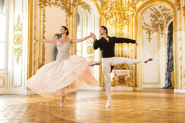 راقصة تلبس فستانا من تصميم ويستوود