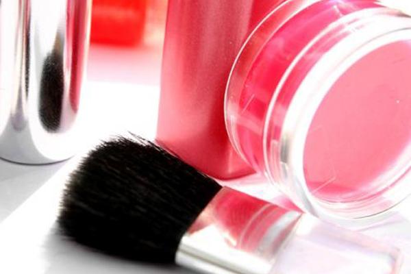 أدوات ومستحضرات التجميل