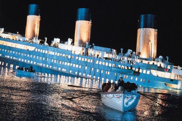 السفينة أثناء غرقها كما بدت في الفيلم الشهير تايتنك