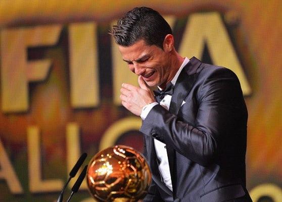 رونالدو باكيا لحظة تسلمه الجائزة