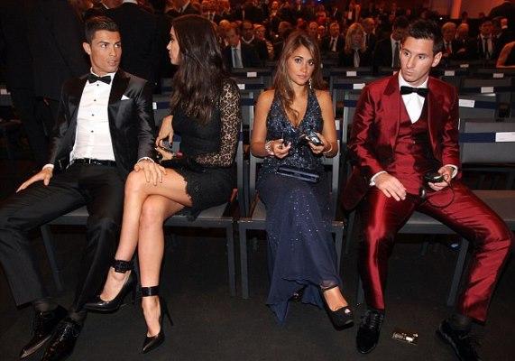 رونالدو وتجلس صديقته ايرينا بجانبه