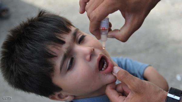 طفل يتلقى لقاحا ضد شلل الأطفال