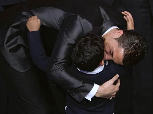 رونالدو يعانق ابنه