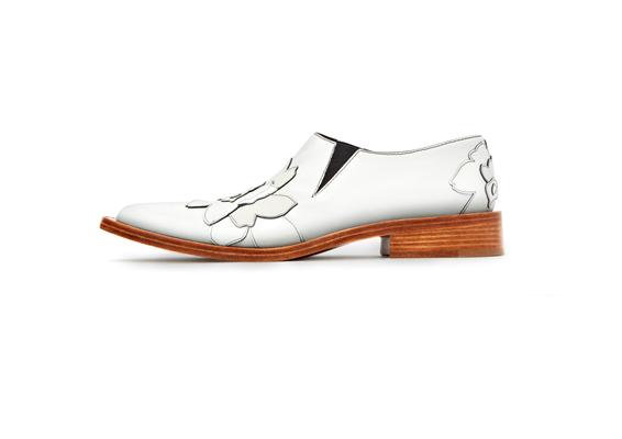 حذاء أبيض من مجموعة بيكهام الأولى