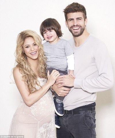 صورة عائلية لشاكيرا وبيكيه وابنهما