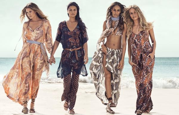 العارضات بلباس الصيف يتهادين على شاطئ البحر