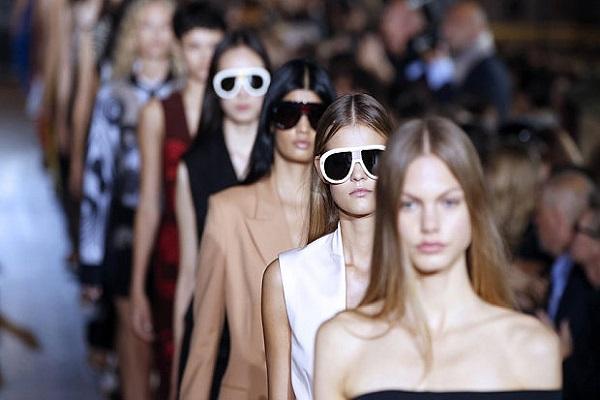 استنكار استخدام العارضات الصغار في أوساط عروض الأزياء