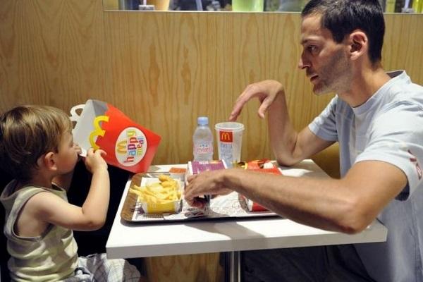 بريطانيا تسعى لمنع إعلانات الوجبات السريعة على مواقع الأطفال