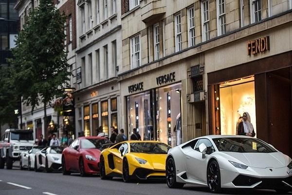 سيارات العرب الفاخرة في شوارع لندن تثير اهتمام المارة