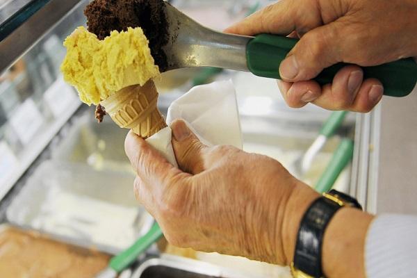 إعادة تجميد الآيس كريم يزيد خطر الإصابة بالتسمم الغذائي