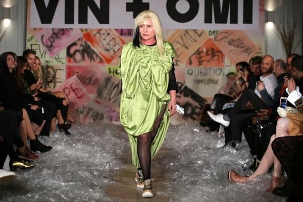 جانب من عرض أزياء دار Vin+Omi