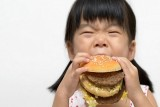 ثمة علاقة بين استخدام الإنترنت وطلب الأطفال للوجبات السريعة