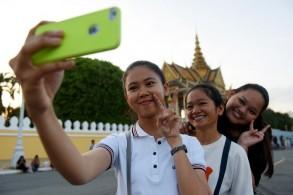 طالبات في كمبوديا يلتقطن سيلفي - AFP