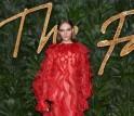 نجوم ونجمات يتألقون مع فالنتينو في حفل جوائز الموضة بلندن