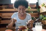 ثمانية أسباب قد تجعلك تستمتع بتناول طعامك وحدك