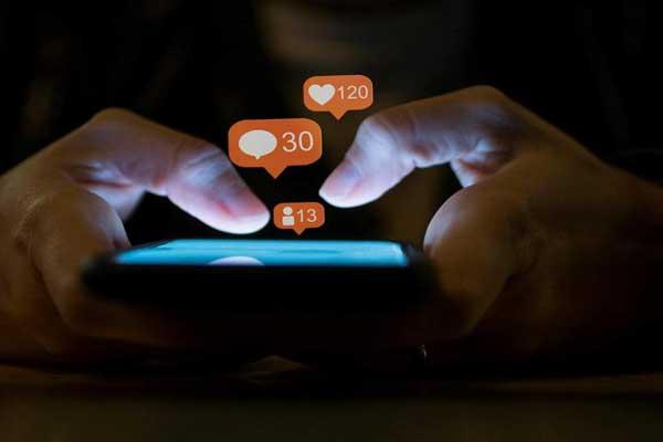 الإفراط في استخدام مواقع التواصل مؤذ اجتماعيًا وصحيًا ونفسيًا