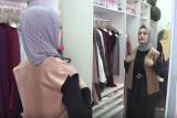 مصممة أزياء في غزة تستخدم موقع التواصل الاجتماعي منصة عرض
