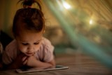قضاء الأطفال وقتاً طويلاً على الهواتف يُؤثر على نوعية نومهم