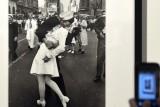 وفاة صاحب أشهر قبلة في ميدان التايمز عن 95 عاما