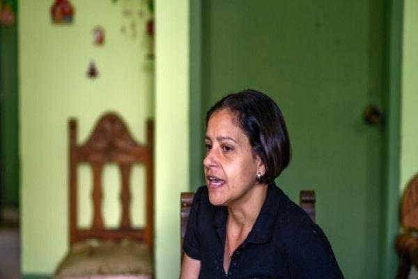 سوزانا الفاريز والدة الطفلة دانيلا التي توفيت عن خمسة اعوام في منزلها في كراكاس