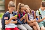 كثرة استخدام الأطفال للهواتف المحمولة يُعَرِّضُهم لكسر بالأوراك !